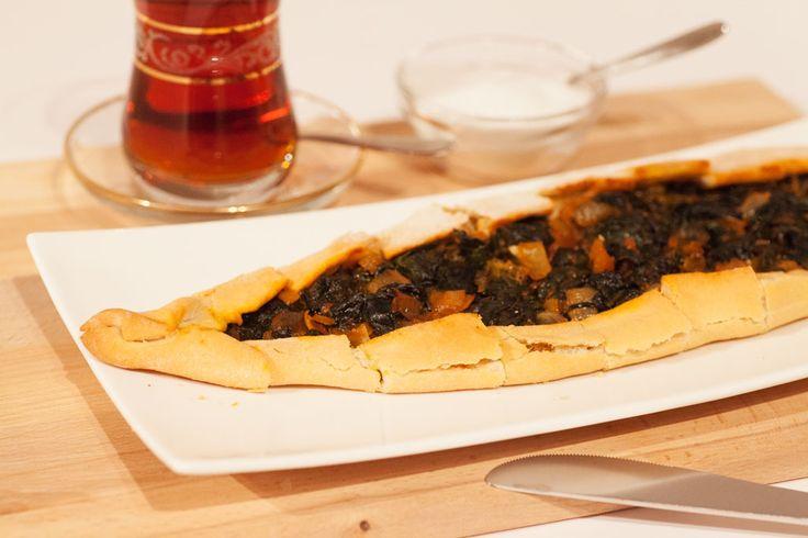 Pide mit Spinat ist eine weitere Variante des türkischen Pide Rezepts. Es wird aus einem lockeren Hefeteig und einer würzigen Füllung aus frischem Spinat zubereitet. Pide wird in Deutschland aufgrund seiner Form auch manchmal als Schiffchen bezeichnet. Es gibt sie natürlich auch mit vielen anderen Füllungen, zum Beispiel: Pide mit Hackfleisch oder Spinatpide mit Schafskäse,...#türkische #rezepte #türkisch #kochen #backen #vegetarisch