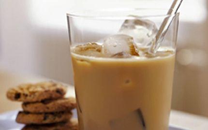 Juoma: JÄÄLATTE Jääkylmää ja herkullista! Saat vaihtelua kahvitaukoon virkistävällä kahvilla, jossa on maitoa ja jäitä.  Ainekset n. 1 dl tuoretta vahvaa kahvia 1 tl kidesokeria 1 dl Arla Ingman kevytmaitoa jääpaloja