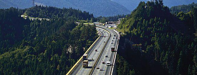 Pedaggio autostradale - Ormai dal 1997 il bollino autostradale è obbligatorio per tutti gli utenti delle autostrade e superstrade austriache. Per ogni veicolo si deve acquistare un apposito adesivo (Vignette) da applicare sul parabrezza. Il bollino autostradale deve essere posizionato in alto sul parabrezza, dalla parte del conducente o nel centro dove c'è lo specchietto retrovisore).  Europa Brücke / Innsbruck Brennerautobahn