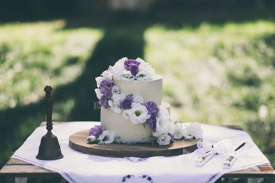 Wedding cake with puple and white flowers