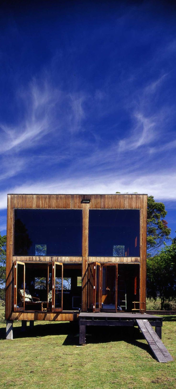 The Box House is a cube of 6 meters built out of local Australian hardwood. The retreat was designed by the late Nicholas Murcutt Architect