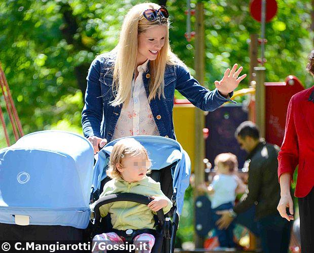 Michelle Hunziker con Tomaso Trussardi, Lilly e la tata al parco a Milano con il passeggino doppio per portare Sole e Celeste