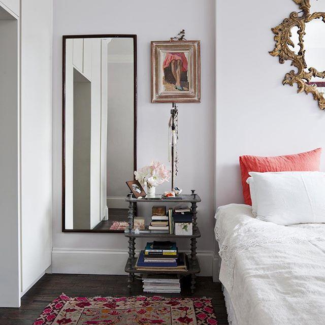 Farger kan komme inn på så mange vis, her i puter og teppe. Kommer i #maisoninteriør #bedroom #soverom #interior #interiør #interiordesign #interiørdesign #style #farge #mirror #speil #levvakkert Foto: Morten Holtum