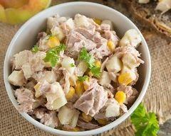Salade froide complète de thon, maïs et pomme : http://www.cuisineaz.com/recettes/salade-froide-complete-de-thon-mais-et-pomme-82096.aspx