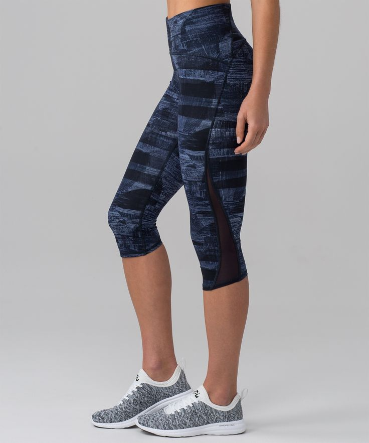 This versatile crop has you  covered from training to  bootcamp. The waistband is  reinforced and cut on the  edge, so it won't dig in or  slide down.