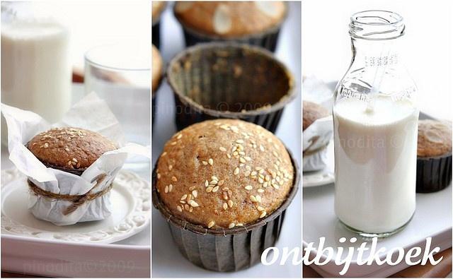 Ontbijtkoek kue ini berasal dari Belanda. Sesuai namanya disajikan saat sarapan (ontbijten = sarapan).