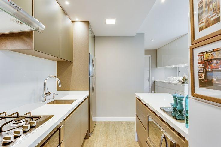 cozinha compacta com revestimentos metalizados
