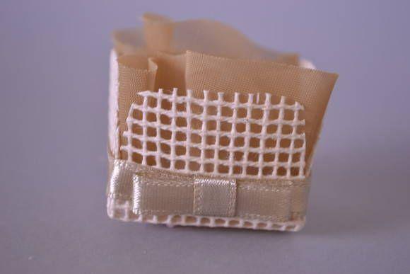 Forminha para doce em talagarça e organza. Pode ser confeccionada em outras cores de tecido. Favor solicitar a disponibilidade da cor desejada. Pedido mínimo 50 unidades. R$ 1,00