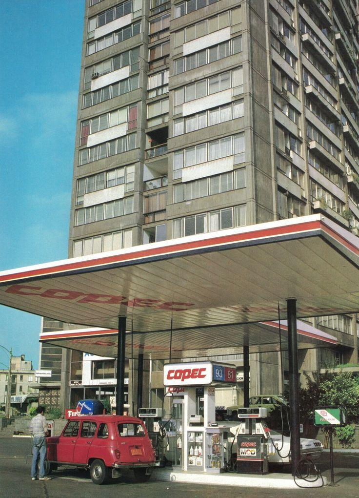 """""""Moderna bomba en la zona de Tajamar de Santiago, Providencia."""" Así presentaba Copec esta fotografía en su libro de 50 años, en 1984.  Fotografía de Jack Ceitelis."""