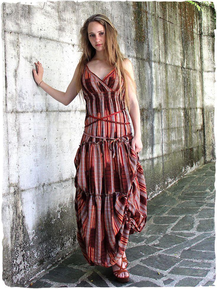 Vestito in cotone delicatamente femminile, la blusa arricciata con incrocio sul davanti che delinea la scollatura a V - lunghi lacci per far aderire l'abito al corpo a piacimento