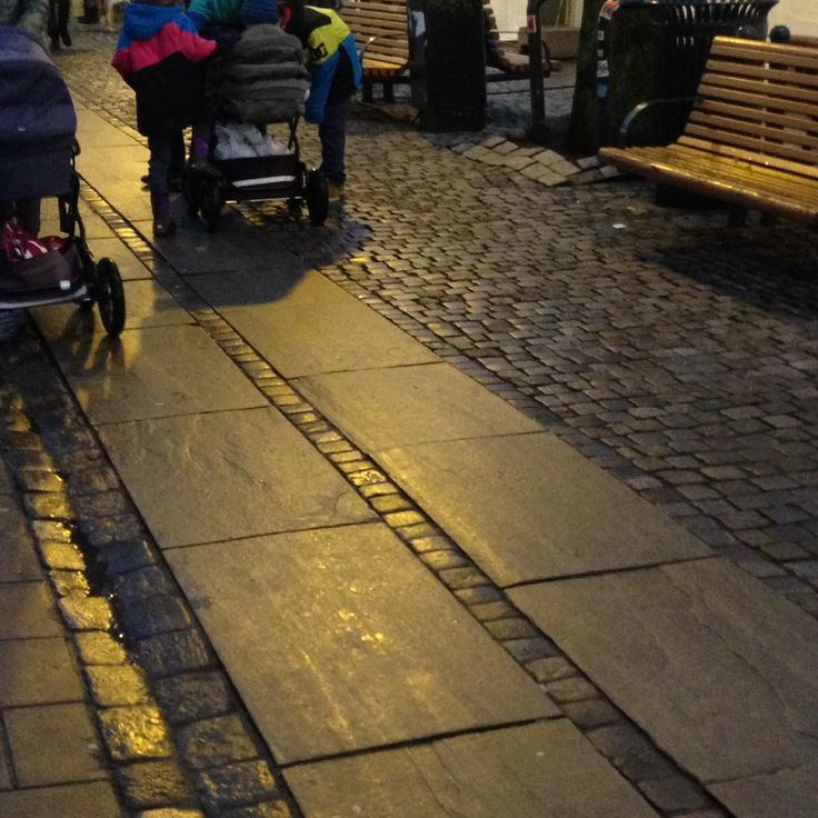 60-cm brede belegningsheller i lys Oppdalskifer, 4-6 cm tykke Like flotte etter 20 år i Trondheims gater.