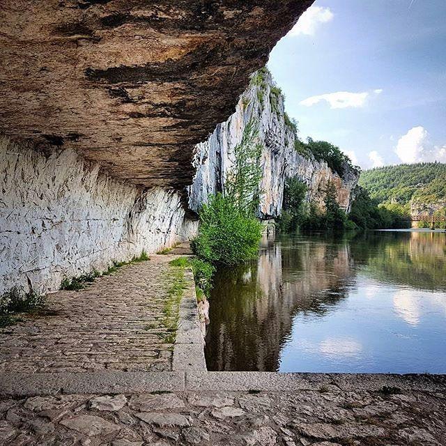 Chemin de halage de Ganil, à Bouziès : une longue encoche de 1 km, taillée à la base de la falaise au XIXème s. A découvrir à pied. Merci @d_styl pour cette image. #tourismemidipy #occitanie #tourismeoccitanie #france #lot #espritlot #ganil