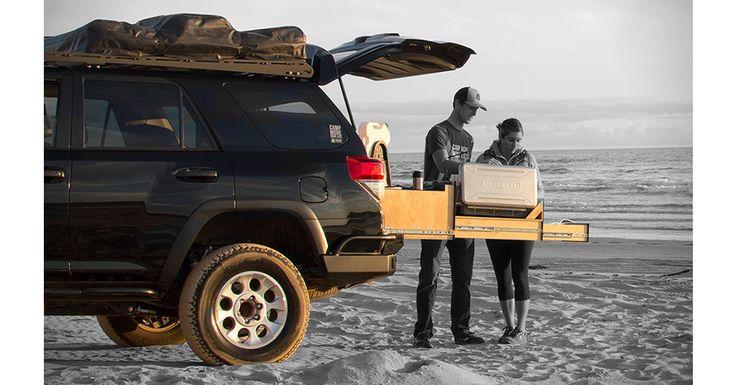 Excursiile pot deveni mai apetisante cu Scout Overland Kitchen, o bucatarie portabila pe care o poti lua cu tine in portbagajul masinii. Afla mai multe pe MenKit! #ScoutOverland #bucatarie #kitchen #food #excursii #picnic