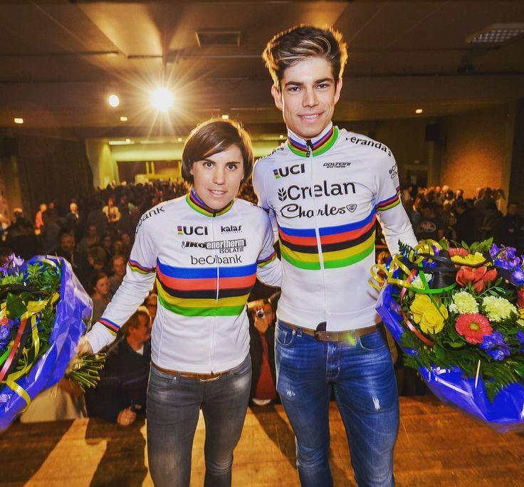 Geen enkele gemeente ter wereld mocht ooit 2 wereldkampioenen veldrijden op hetzelfde moment vieren. En dus werd er gisteravond in Lille, thuisgemeente van Sanne Cant en Wout van Aert, een tweede keer gedronken op de prestaties van hun dorpsgenoten! Schol! #sannecant #woutvanaert #veldrijden #cyclocross #wereldkampioen #worldchampion #championdumonde #lille #wielrennen #koers #cycling #cyclingphotos (foto Photonews)
