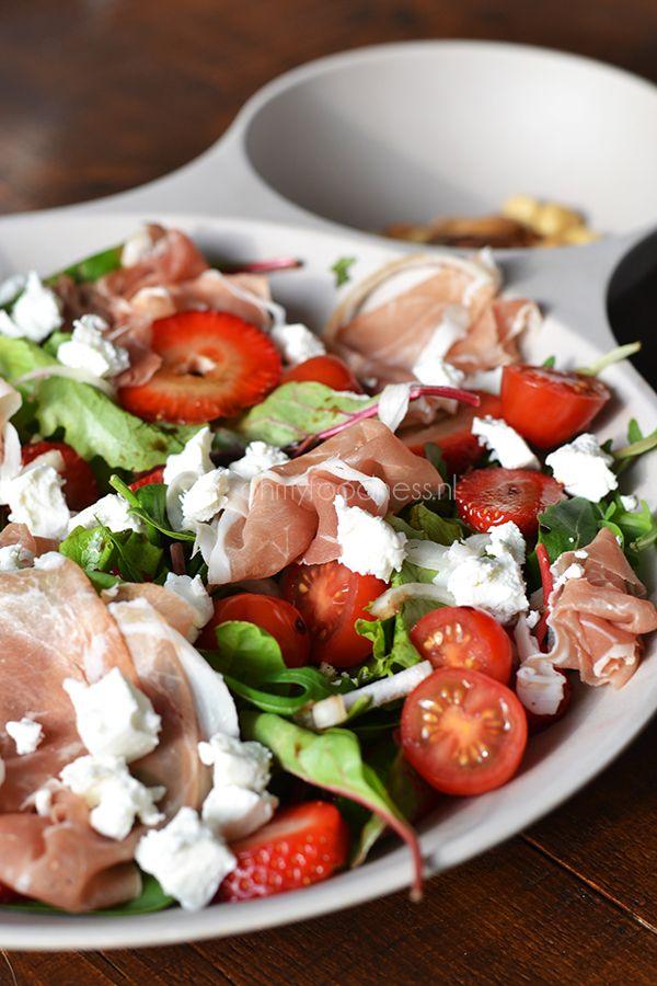 Salade met aardbei, geitenkaas en parmaham