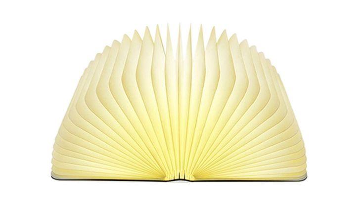 Lampada LED parzialmente in legno sembra un libro: per poco a 2789 euro