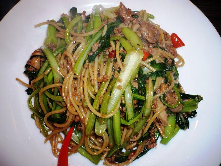 Spaghetti als bami gewokt met ChoiSam, Lamsgehakt en Eendeboutvlees met Chan's sauzen .. en een pepertje erbij, smakelijke groet, Tammy Wong - Koken Met Specerijen
