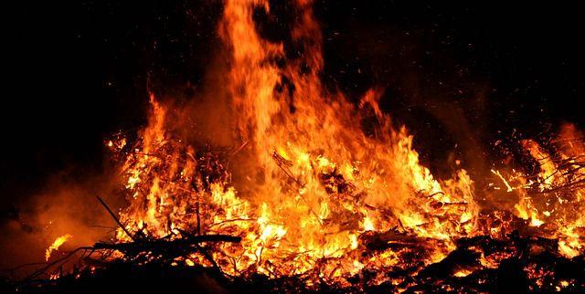 Existen 4 clases de fuego y en esta infografía te las explicamos. Sin embargo las puertas contra fuego MMI pueden mantener las llamas a raya y mantenerte #seguro. Visita nuestro blog en: http://mmiopenings.com/fuego-un-peligro-para-la-industria-2/