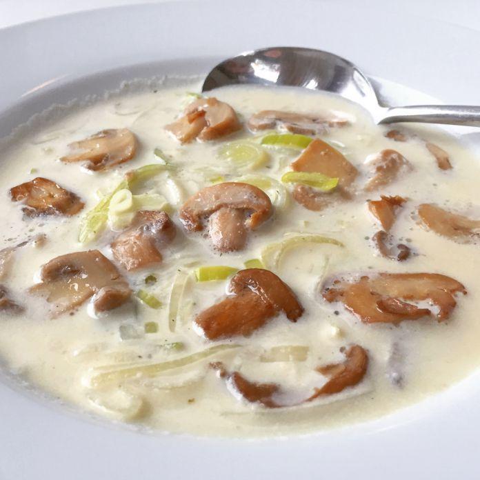 4 Personer - Totaltid 15 Minutter | Super nem champignon-ostesuppe med friske porrer og forårsløg. Cremet og lækker Low-Carb / LCHF / Ketogenic suppe »