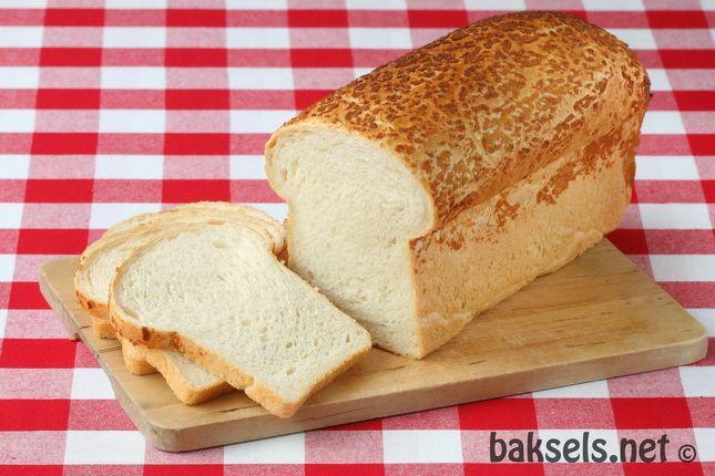 Wit brood was een traktatie, we sneden het altijd zelf. Over het algemeen aten we bruin brood.