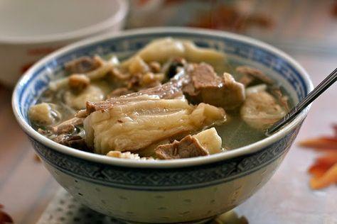 Recette de soupe chorba au bouzelouf, spécialité Aïd el Kebir (Algérie) - Un plat cuisiné traditionnellement pour l'Aïd al Adha, la fête du sacrifice qui aura lieu vers le 5 octobre 2014. Cette soupe toute simple est préparée avec une tête de mouton, des vermicelles, de l'ail, du persil et du citron.