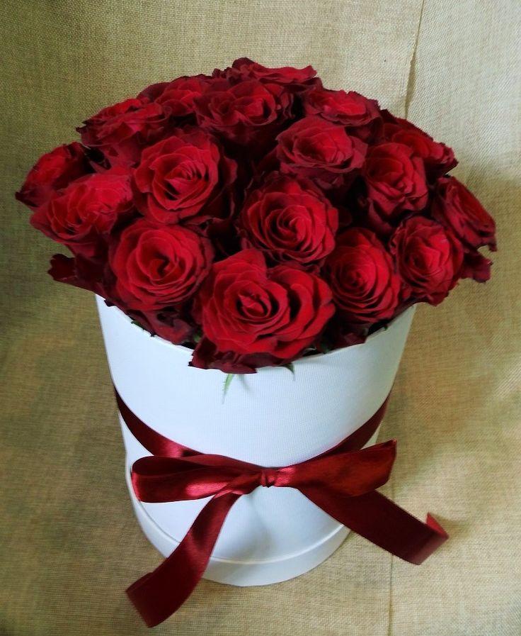 Flowerbox – kwiaty w pudełkach to aranżacja, która łączy klasyczne róże z nowoczesną formą ich dostarczenia w postaci eleganckiego pudełka.
