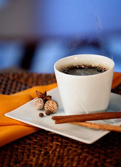 Café con Especias Añadir especias es una opción deliciosa que puede transformar por completo una taza de café. Esta bebida resulta muy aromática y diferente, ideal para compartir un momento especial con amigos o en familia.