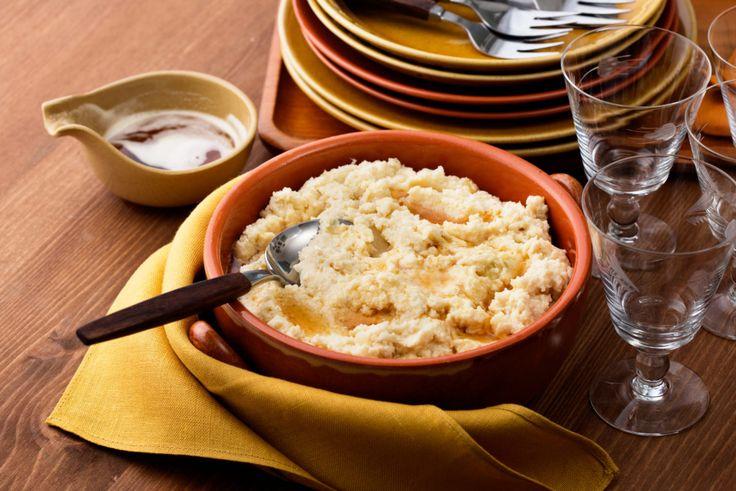 Это замечательное блюдо на вид напоминает настоящее картофельное пюре и при этом углеводов содержит значительно меньше. А дразнящий аромат жареного лука вызовет повышение аппетита у самых требовательных гурманов.  Углеводов 10 г на порцию.  Состав:   2головки репчатого лука  3 столовые ложкисливочного масла, для жарки  Вилок цветной капусты весом 1 – 1,3 кг или замороженная цветная капуста 1 кг.