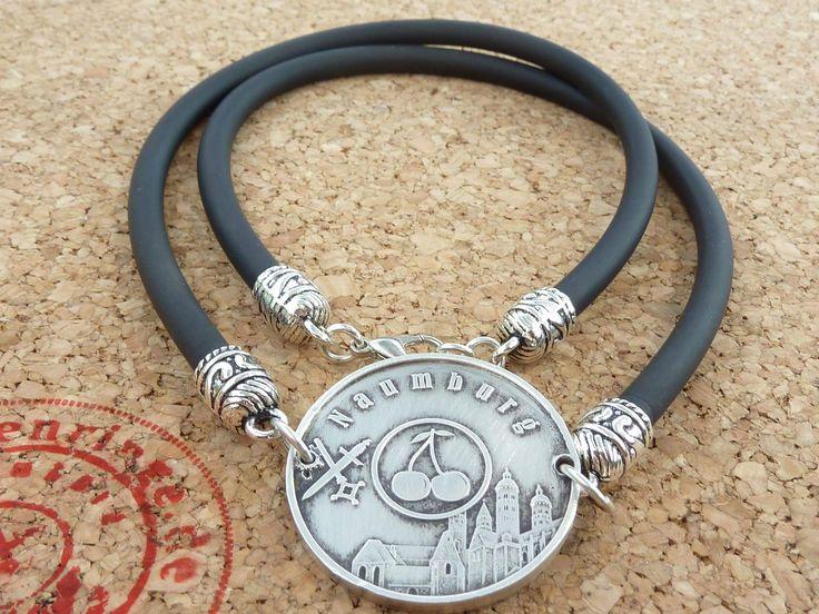 """Eine herrliche Halskette mit einer Münze vom Naumburger Dom und den Schriftzug """"Naumburg"""", sowie den Stadtwappen aus 999 Silber und einen Kautschuk-Halsband in schwarz."""