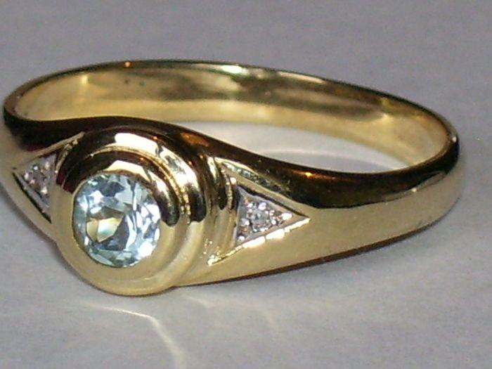 Geelgouden ring met een blauwe Topaas en 2 Diamanten  EUR 75.00  Meer informatie