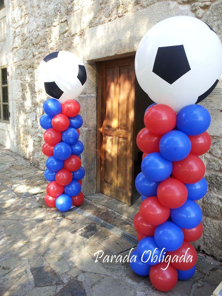 columnas con globos con la temática de fútbol