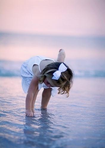 .A gyerek az öröm, a reménység. Gyönge testében van valami világi; ártatlan lelkében van valami égi; egész kedves valója olyan nékünk, mint a tavaszi vetés: ígéret és gyönyörűség. Gárdonyi Géza