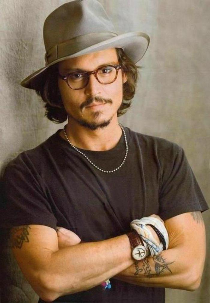 barbas-modernas-johnny-depp-estilo-bohemio-camiseta-negra-tatuajes-pelo-largo