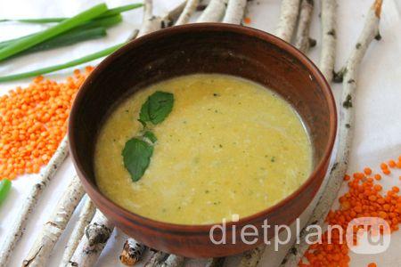 Суп-пюре с красной чечевицей вода – 1 л.; - морковь – 1 шт.; - цукини – 1 небольшой или половинка среднего; - зеленый лук – 3-4 пера; - соль – 0.25 ч. ложки; - перец молотый – по вкусу (щепотки достаточно); - красная чечевица– 3 ст. ложки.     Пока закипит вода на супчик, можно заняться овощами. Тонко нарезаем морковку и цукини. Кстати, кожицу с цукини можно не снимать. Для удобства пользуйтесь специальной овощерезкой. По сути, можно нарезать овощи и обычным ножом,