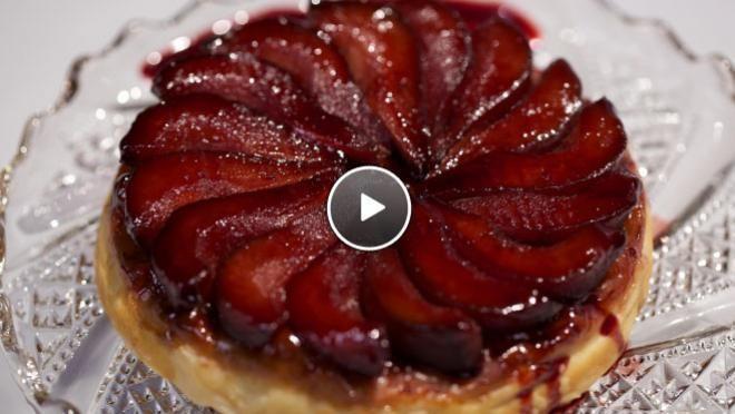 , snijd ze in vieren en snijd het klokhuis eruit. Zet de peren in de taartvorm in een cirkel strak tegen elkaar.   Kook een flinke scheut van het vocht...