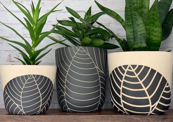 Esta Rueda Lanzada Plantador De Cerámica Está Hecha Por Jennifer Spring Ceramics Un Artista De Ce Macetas Pintadas Manualidades De Cerámica Decoración De Unas