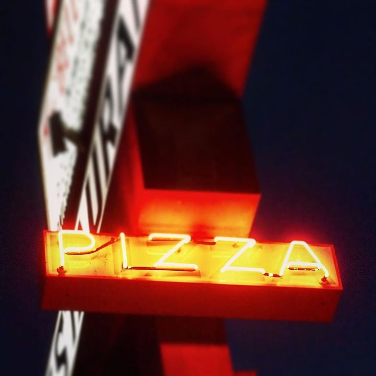 Pizza in Neon  #neon #sign #signage #history #light #lighting #pizza #city #urban #street