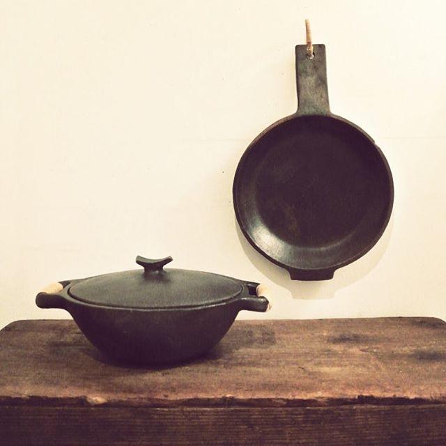 """■Stone Pottery """"LOREE HAMLEI"""" Casserole & Frying Pan  インド北東部、マニプール州に定住するナガ族による伝統工芸品、LOREE HAMLEIの古いキャセロールとフライパンです  不思議な質感のお鍋達。。。 風化岩と蛇紋石岩を粉砕、粘土状にして焼かれた陶磁器なのです☆ 細かな道具を使い、成型はすべて手作業で行われています。  弱火でじっくりコトコト♪煮込んだり。 お国柄、肉やレンズ豆を凝縮するのにとても適しているそう。  アルミ鍋が発明されるずっと昔から、、、 永年受け継がれ、作り続けられた伝統ある台所用品です(o'ー'o)ノ  #dittytools#vintagekitchen#kitchentools#vintagepottery#vintageceramics#ceramics#pottery#cafe#midcentury#brocante#handcraft#folkcraft#folkart#mingei#古道具#ブロカント#北欧ヴィンテージ#東欧雑貨#陶器#陶芸#器#骨董#民芸#民藝#道具#カフェ#骨董市#蚤の市"""
