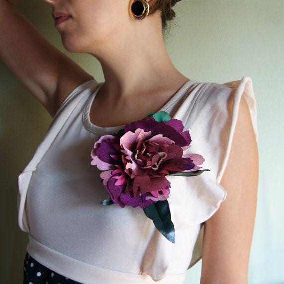 maxi flower #brooch handmade in Italy - Maxi spilla peonia in tessuto e pelle - Spilla fiore di ANNAMARIAVALENTINO