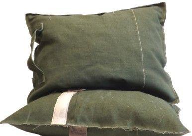 Stoere kussens van canvas. Met of zonder greep. Maatwerk mogelijk  Afmeting: 44 x 57 cm. Prijs: € 35,-  #ster #kussen #sterren #kerst #canvas #tentzeil #legertent #groen #handgemaakt #stoer