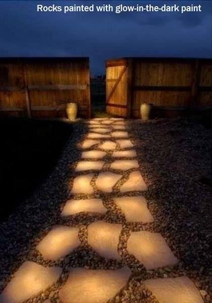 leuchtende Steine - dank Leuchtfarbe die sich tagsüber auflädt