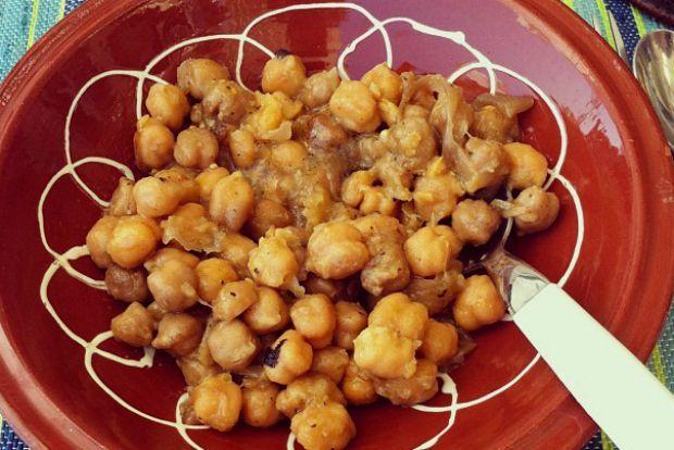Στη Σίφνο, σε μεσημεριανό κυριακάτικο τραπέζι, αμέσως μετά το «Δι' ευχών», οι γυναίκες περνάνε από τον φούρνο και φέρνουν τα τσικάλια με τα καπνιστά ρεβίθια στο σπίτι. Είναι πιάτο κυριακάτικο, γιορτινό, αρχοντικό.