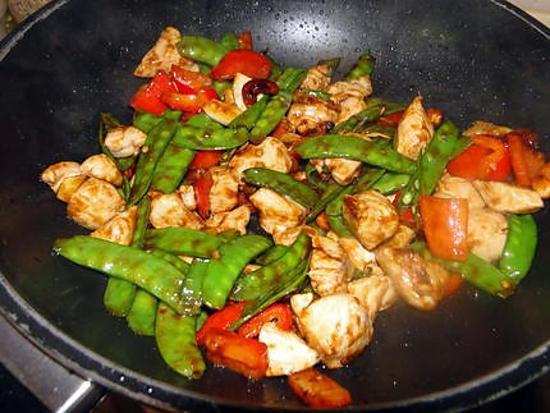 La meilleure recette de Sauté de poulet, pois mangetout et noix de cajou! L'essayer, c'est l'adopter! 5.0/5 (3 votes), 0 Commentaires. Ingrédients: 3 c. à soupe de sauce de soja, 4 c. à café de maïzena, 1 c. à soupe de sucre en poudre, 1 c. à soupe de vin de cuisine chinois OU de bouillon de poulet, 1 c. à café d'huile de sésame, un peu de sauce chili, 500 g de poulet désossé (blancs ou cuisses) sans la peau, 125 g de pois mangetout, les fils enlevés et coupés en deux en diagonale (ou…