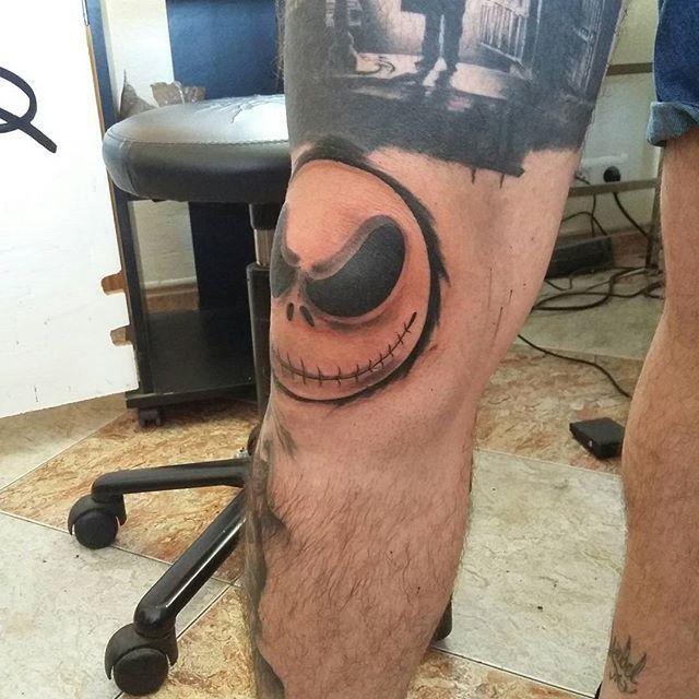 💀💀💀💀💀💀#enanotattoo #jack #jacktattoo #pesadillaantesdenavidad #pesadillas #rodilla #blackandwhite #realism #realismtattoo #tatto #tattoo #tattooart #tattoodesign #instatattoo #redtattoo #tattodesign #tattuaje #tatuajes #tatuajeacolor #tatuaje #bodyart #arttattoo #tattoos #tattooinkq #blancoynegro