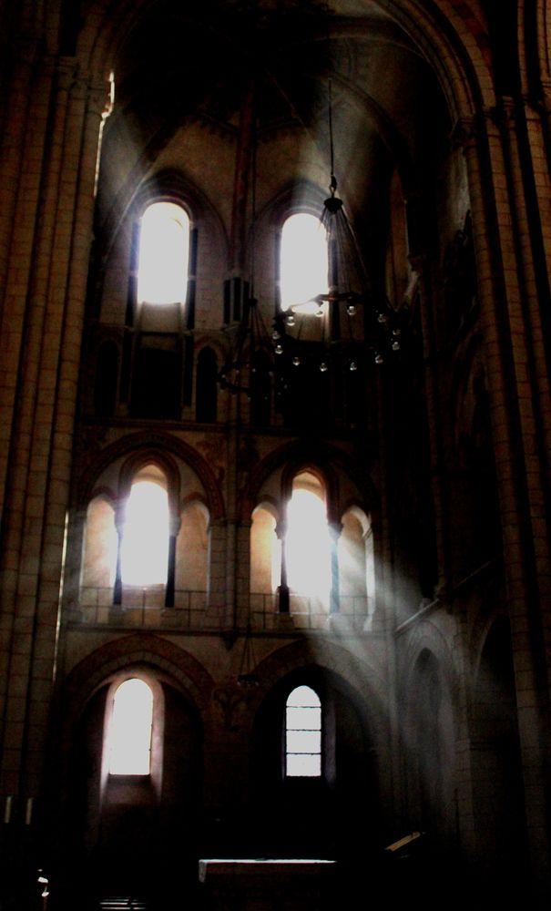 Licht door de ramen van een kasteel