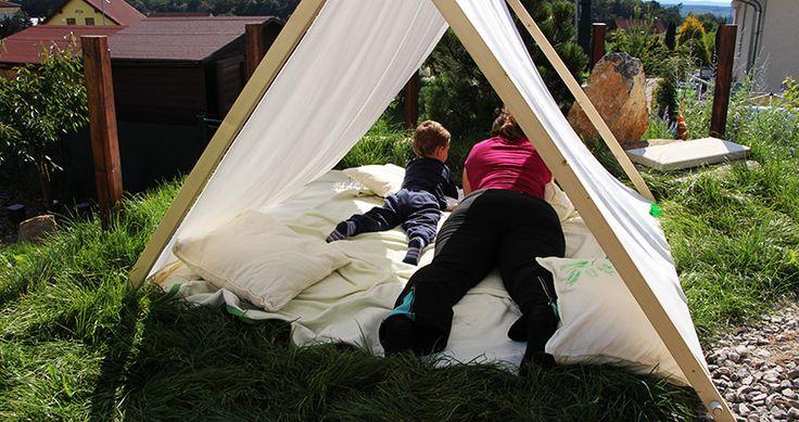 """K létu patří stanování. My """"stanujeme"""" v přenosném látovém stanu s dřevěnou kostrukcí. Ztlumí ostré slunce a je v něm krásně!"""