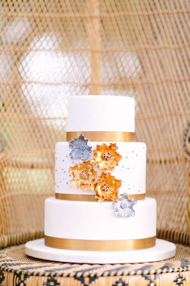 Bronze wedding cake | Al Gawlik Photography | see more on: http://burnettsboards.com/2014/11/brass-lace-texas-hill-country-wedding/