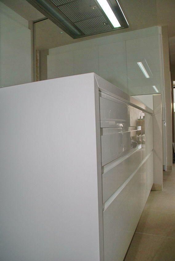 Tiradores integrados trabajados en la misma puerta. Lacado blanco brillo.