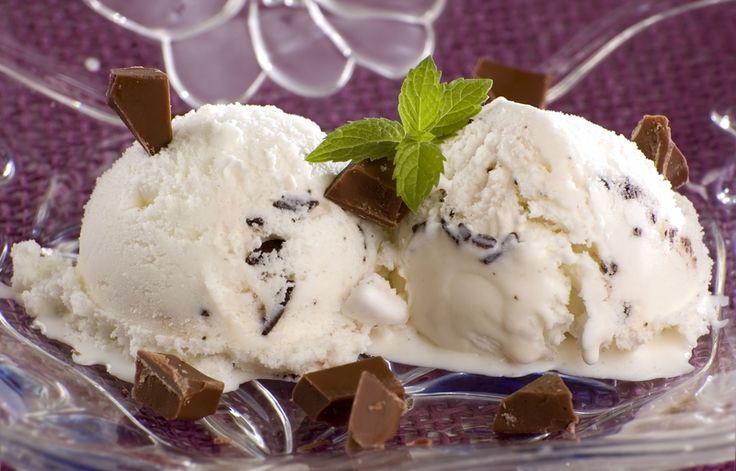 Et vidunder af en hjemmelavet is med sprøde Daim-stykker og en skøn chokoladesauce.