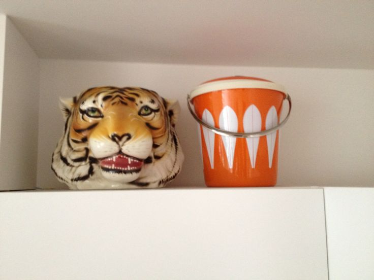 Love my ICE bucket ! My Tiger is watching it !
